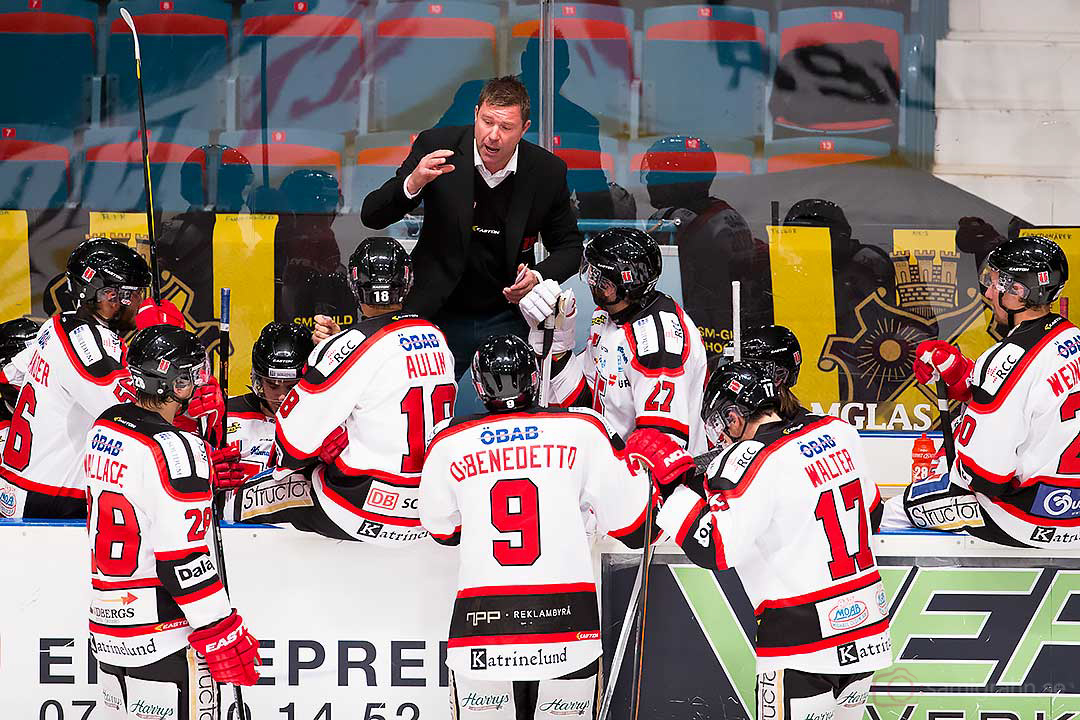 Örebro tränare Patrik Ross pratar med laget