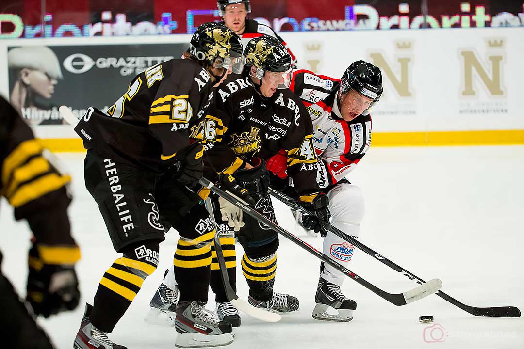 AIK Mattias Janmark Nylén, Teemu Ramstedt och Örebro Viktor Ekbom jagar pucken
