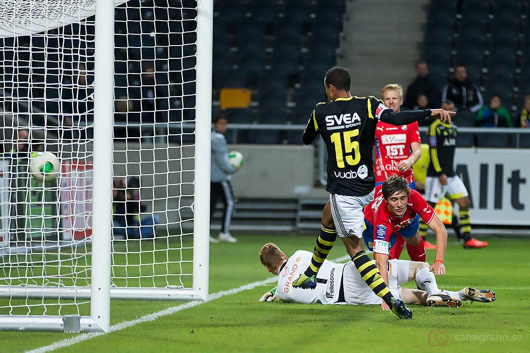 AIK Robin Quaison dundrar segermålet bakom ryggen på Öster målvakt Joakim Wulff