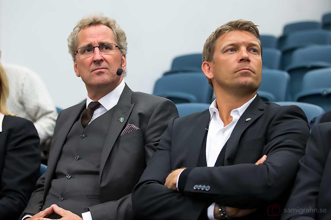 Erik Hamrén och Marcus Allbäck lyssnar intresserat