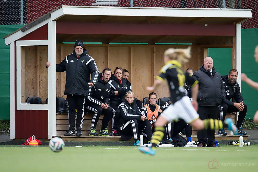 Bänken med tränare ser hoppfullt på när Emma Lundh stormar fram i ett anfall