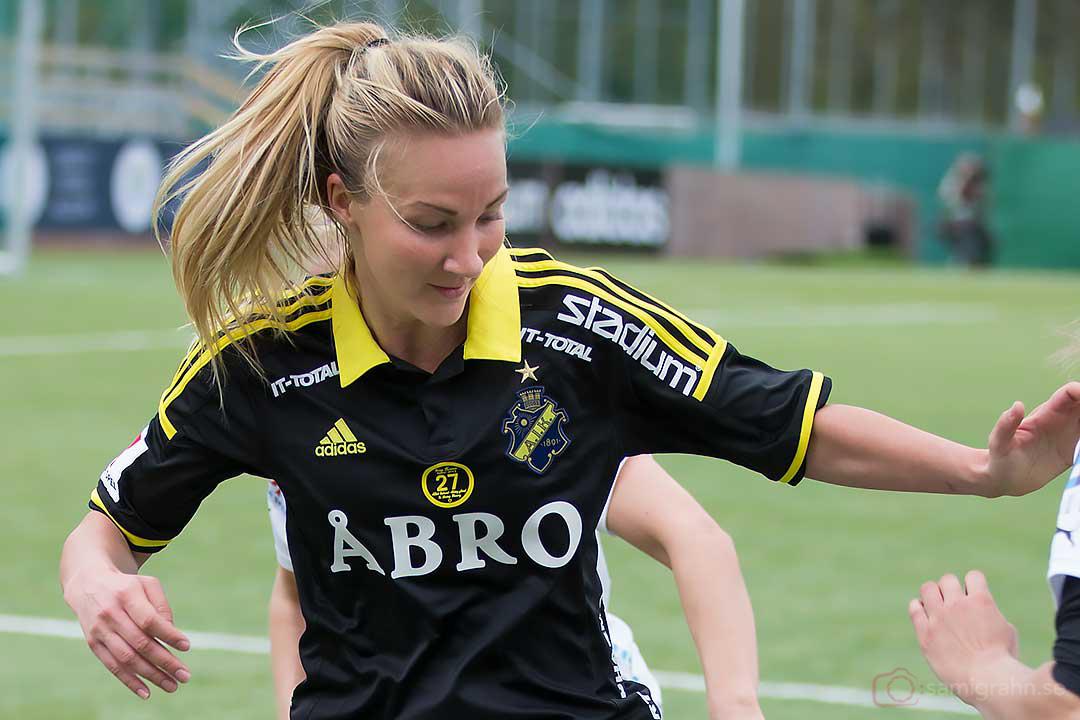 AIK Emma Lundh i närkamp med Umeå Emmelie Konradsson