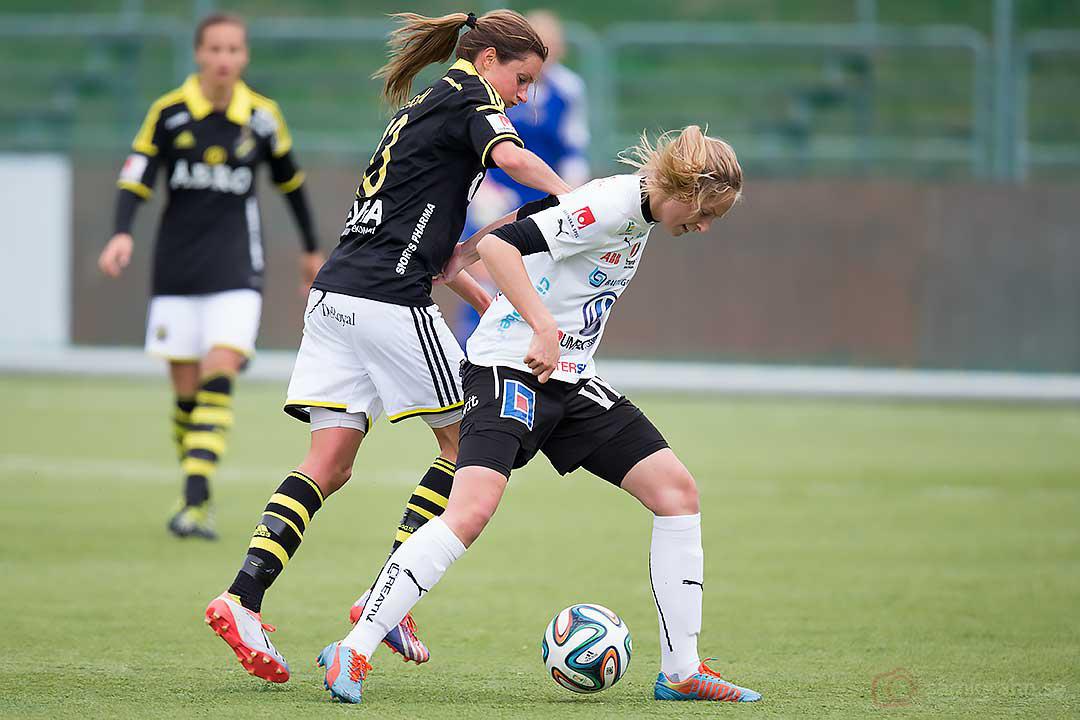 AIK Madeleine Tegström i närkamp med Umeå Emmelie Konradsson