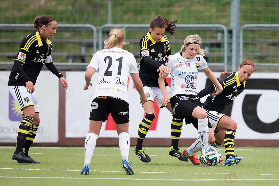 AIK Petra Andersson, Nathalie Björn och Malin Levenstad försöker stoppa Umeå Emmi Alanen och Lina Hurtig