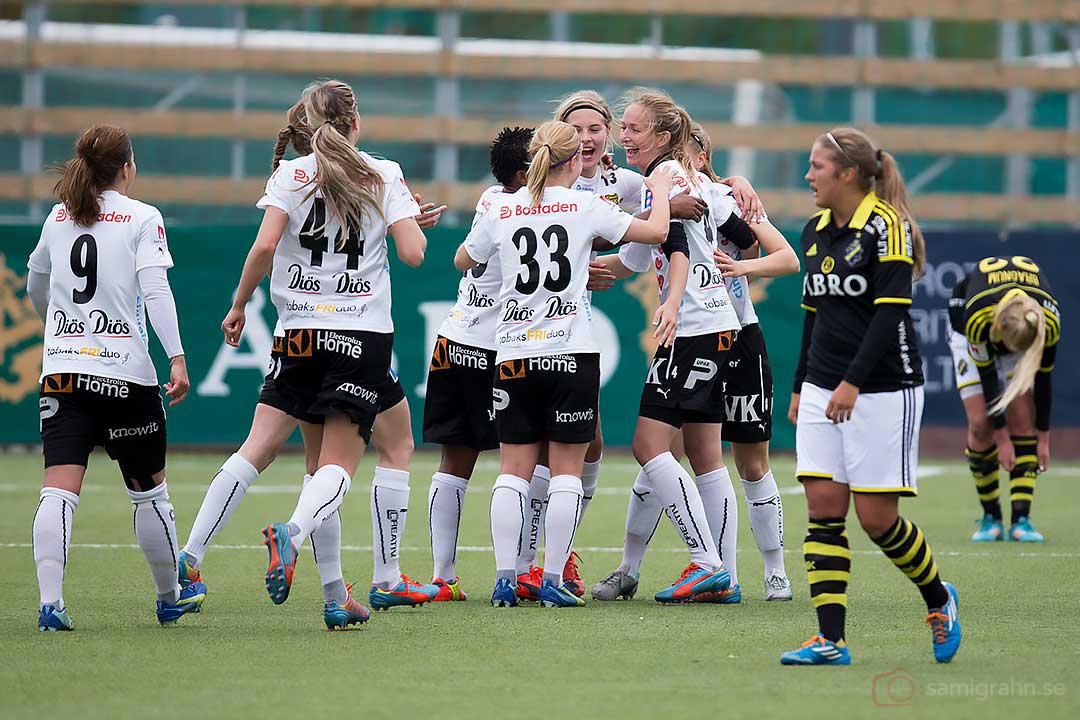Glädje när Umeå Emmelie Konradsson gjort 0-2