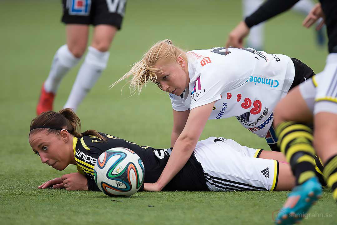 AIK Petra Andersson trycks ned av Umeå Emmi Alanen