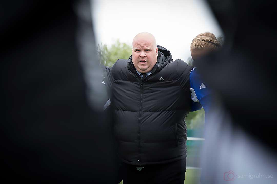 AIK tränare Mattias Eriksson tröstar efter femte raka förlusten