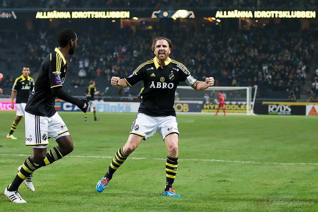 Jubel efter mål av AIK Nils-Eric Johansson, som gratuleras av Henok Goitom