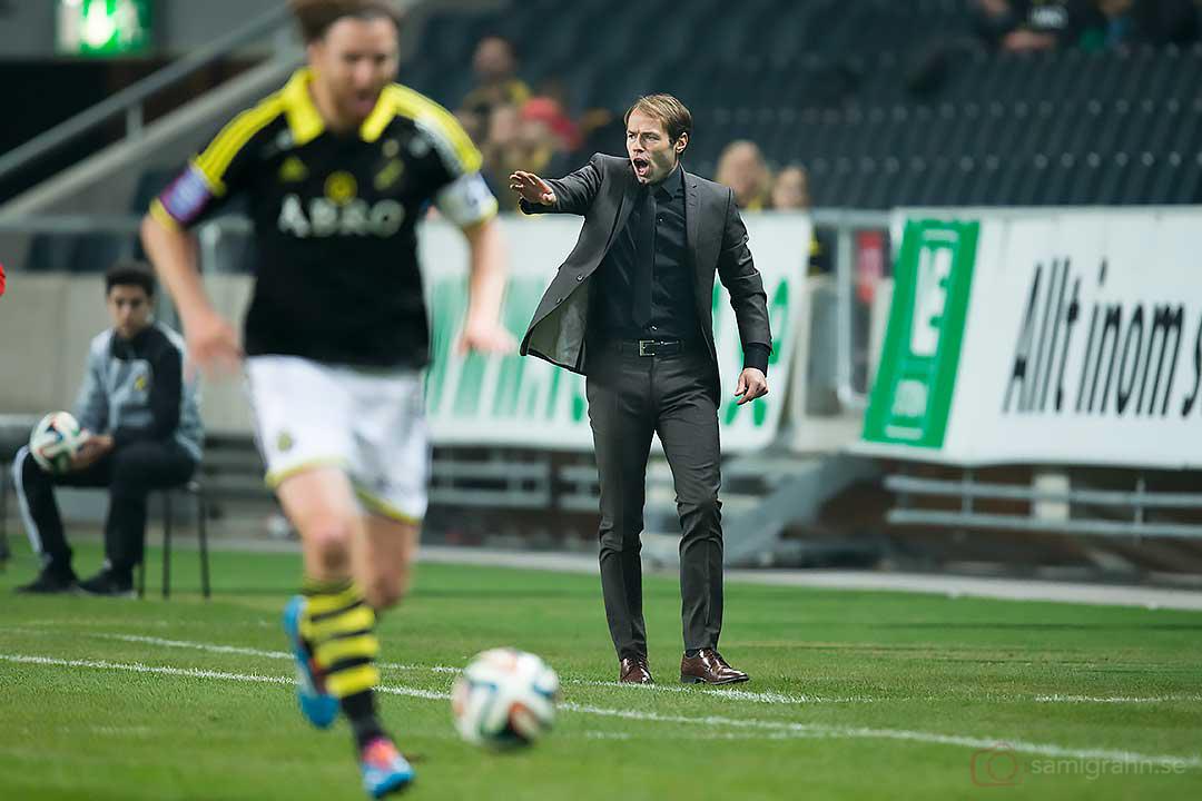 AIK tränare Andreas Alm ger instruktioner till AIK Nils-Eric Johansson