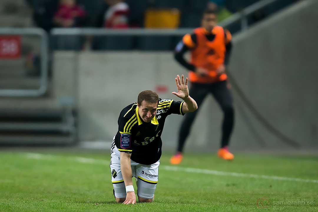 AIK Kenny Pavey vinkar för byte efter en lätt skada