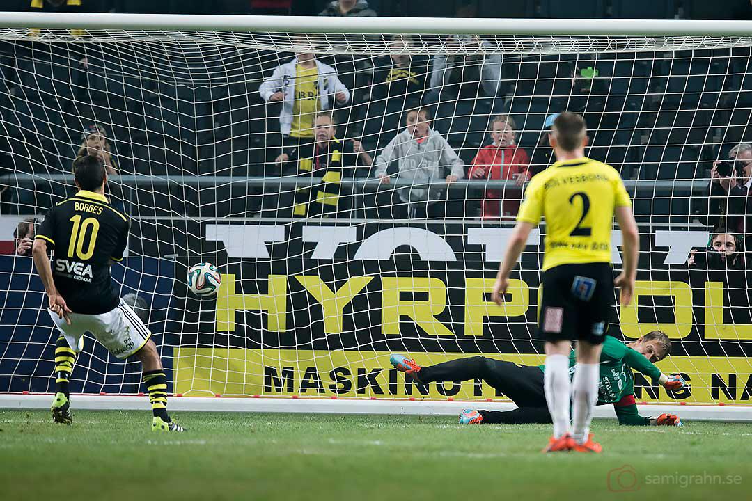 I slutminuterna gör AIK Celso Borges mål på straff bakom chanslös Mjällby målvakt Mattias Asper
