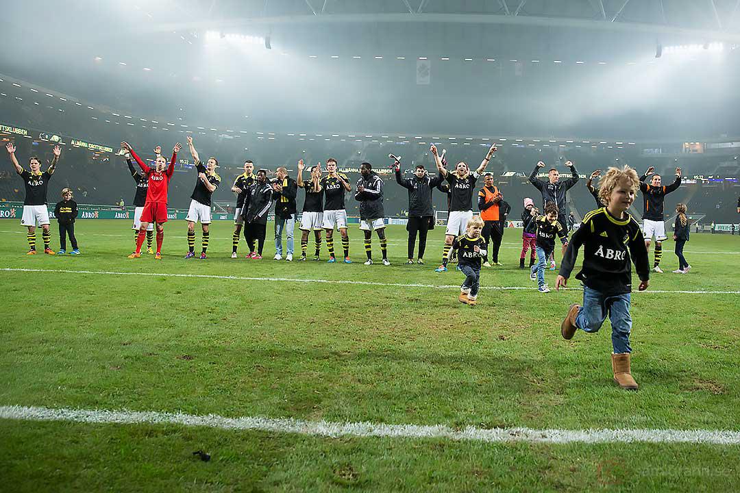 AIK med Kenny Paveys son Charlie Pavey i spetsen tackar supportrarna för stödet