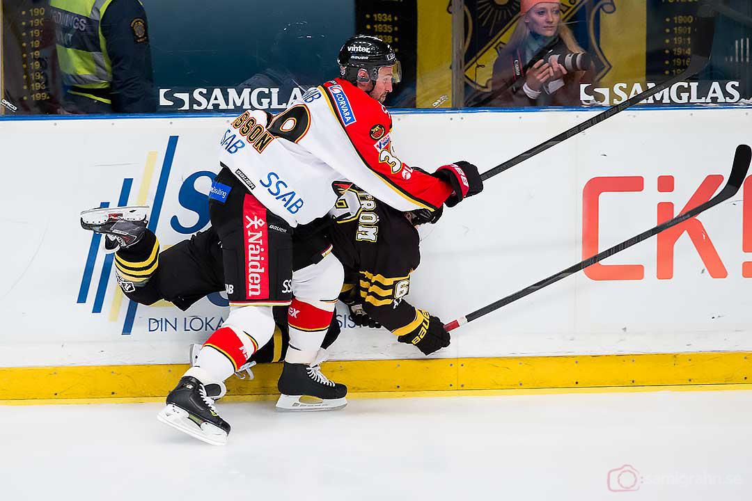 Cilla ser frånvarande ut på andra sidan plexit när Luleå Robin Jonsson trycker till AIK Victor Ahlström