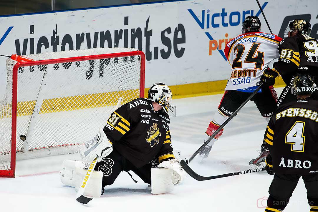 Matchens första mål av Luleå Cam Abbott bakom AIK målvakt Daniel Larsson