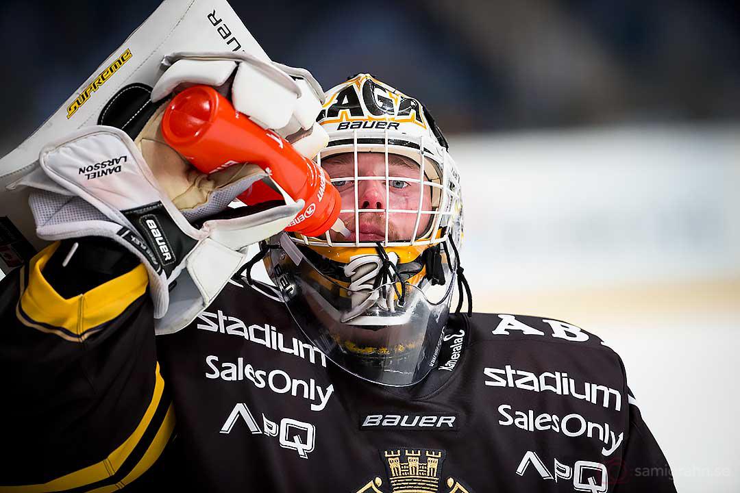 AIK målvakt Daniel Larsson släcker törsten