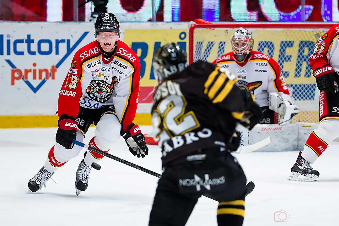 Luleå Oscar Sundh täcker skott från AIK Daniel Josefsson