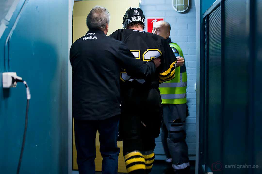 AIK Fredric Anderberg leds ut groggy efter hård sammanstötning med Luleå Anton Hedman