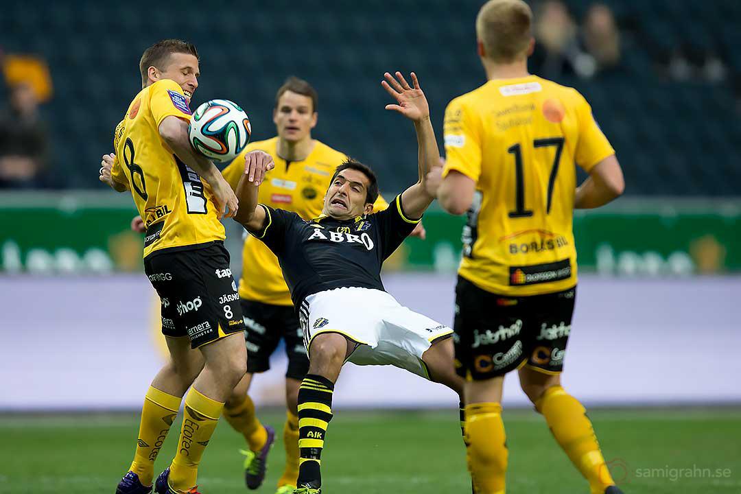 Elfsborg Anders Svensson tar bollen med armen vilket AIK Celso Borges ser