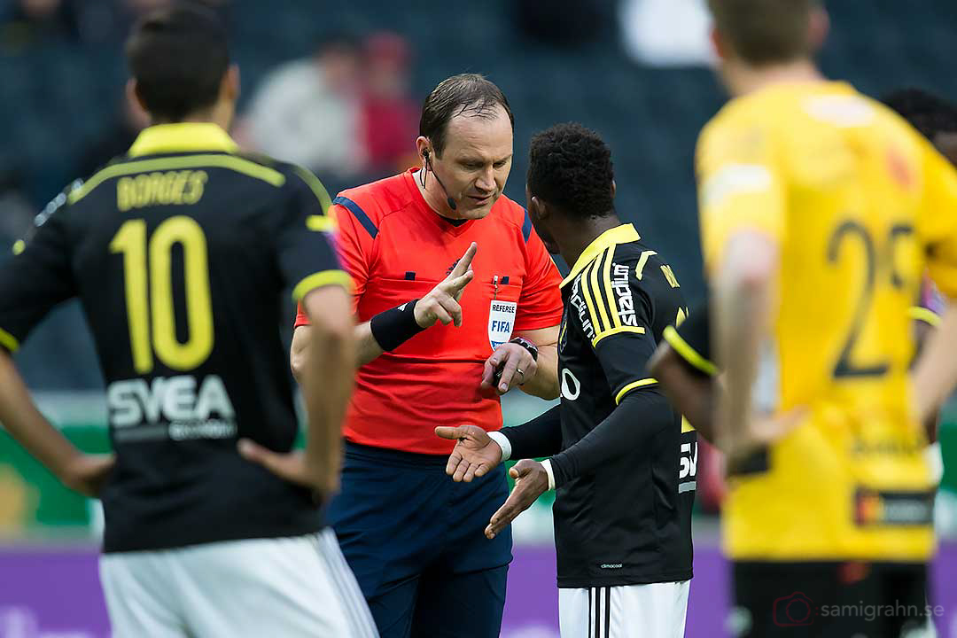 Domare Jonas Eriksson pratar allvar med AIK Ibrahim Moro