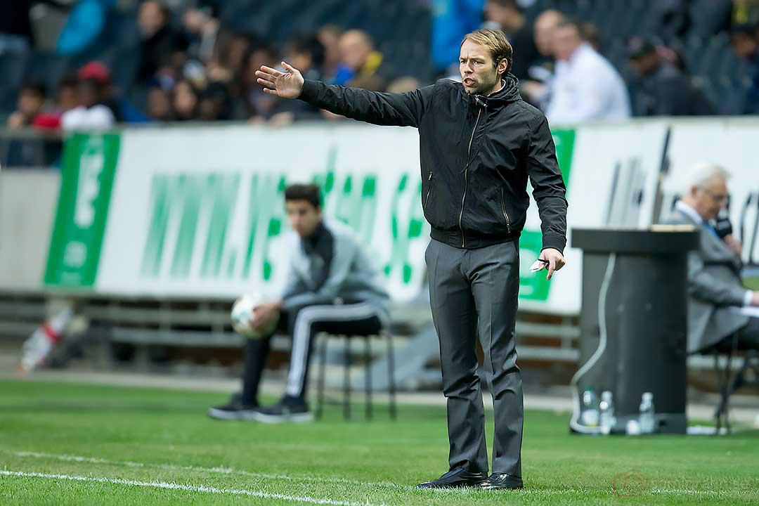AIK tränare Andreas Alm vinkar till sina spelare