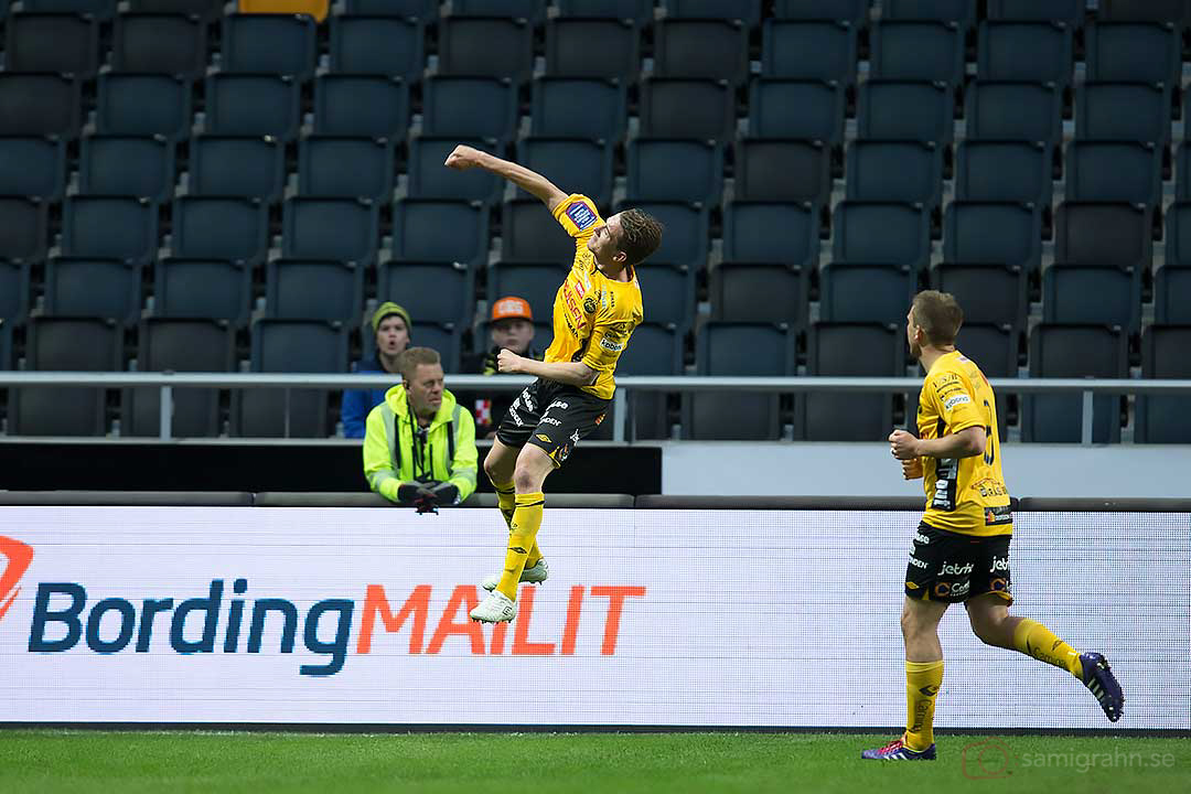 Elfsborg Marcus Rohdén hoppar högt av glädje efter kvitteringsmålet och gratuleras av Anders Svensson