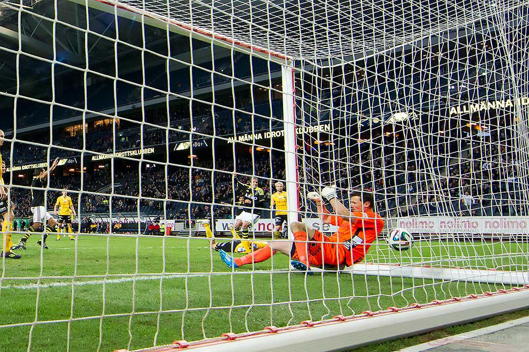 Nickmål av AIK Kenny Pavey bakom Elfsborg målvakt Kevin Stuhr-Ellegaard som ramlar in i målet