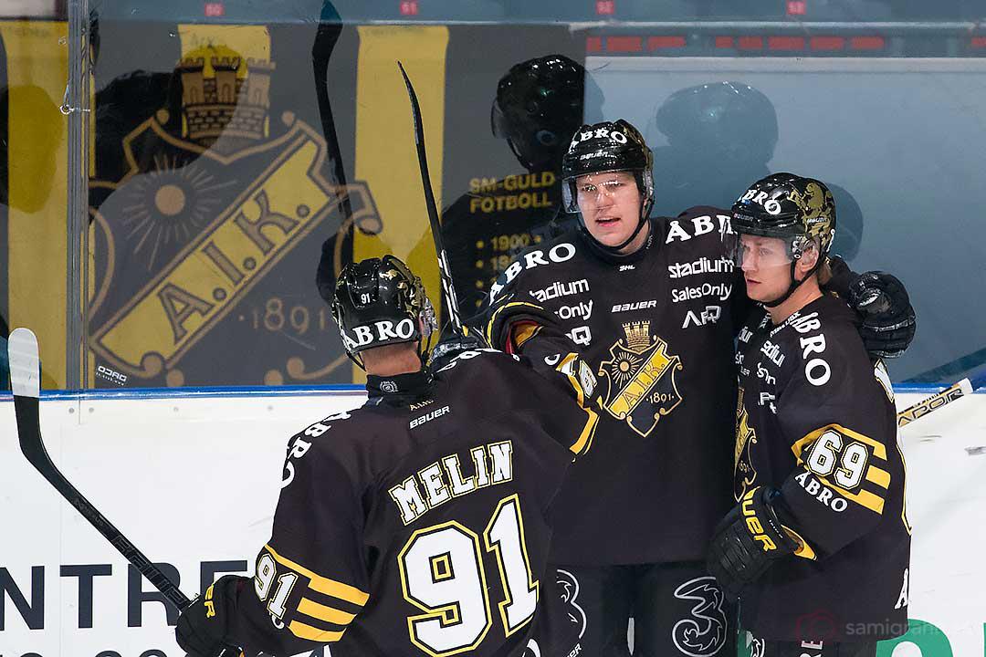 Målskytten AIK Teemu Ramstedt gratuleras av Björn Melin och Marcus Nilsson