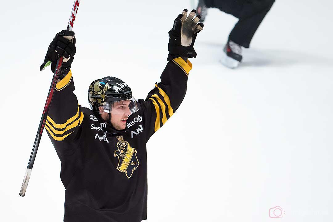 AIK Brett Carson jublar efter 2-0-målet