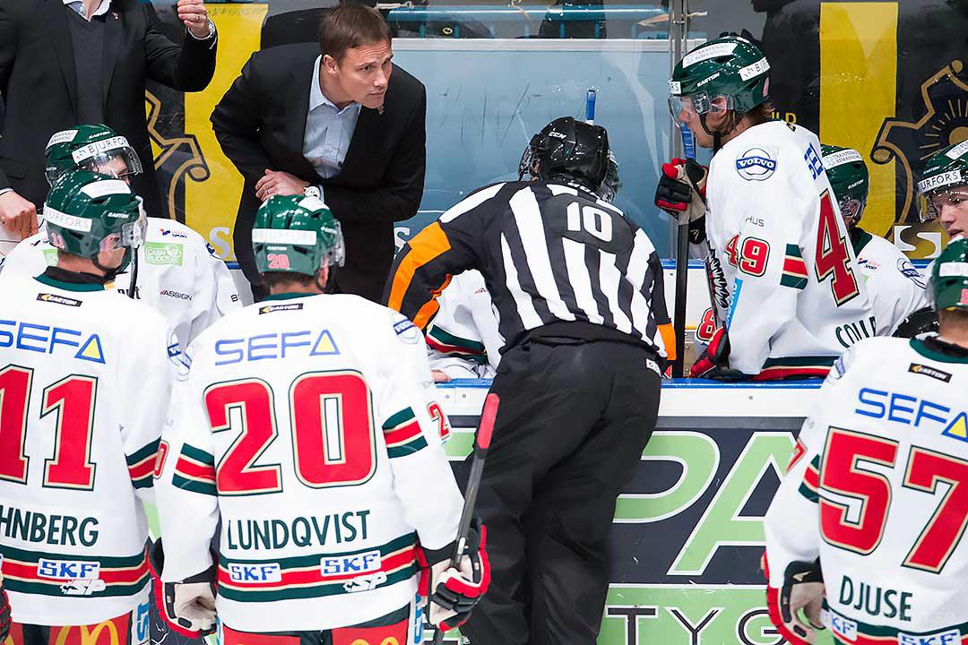 Frölunda tränare Roger Rönnberg försöker höra vad domare Thomas Andersson säger