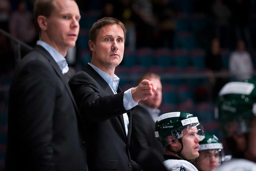 Frölunda tränare Roger Rönnberg pekar med hela handen