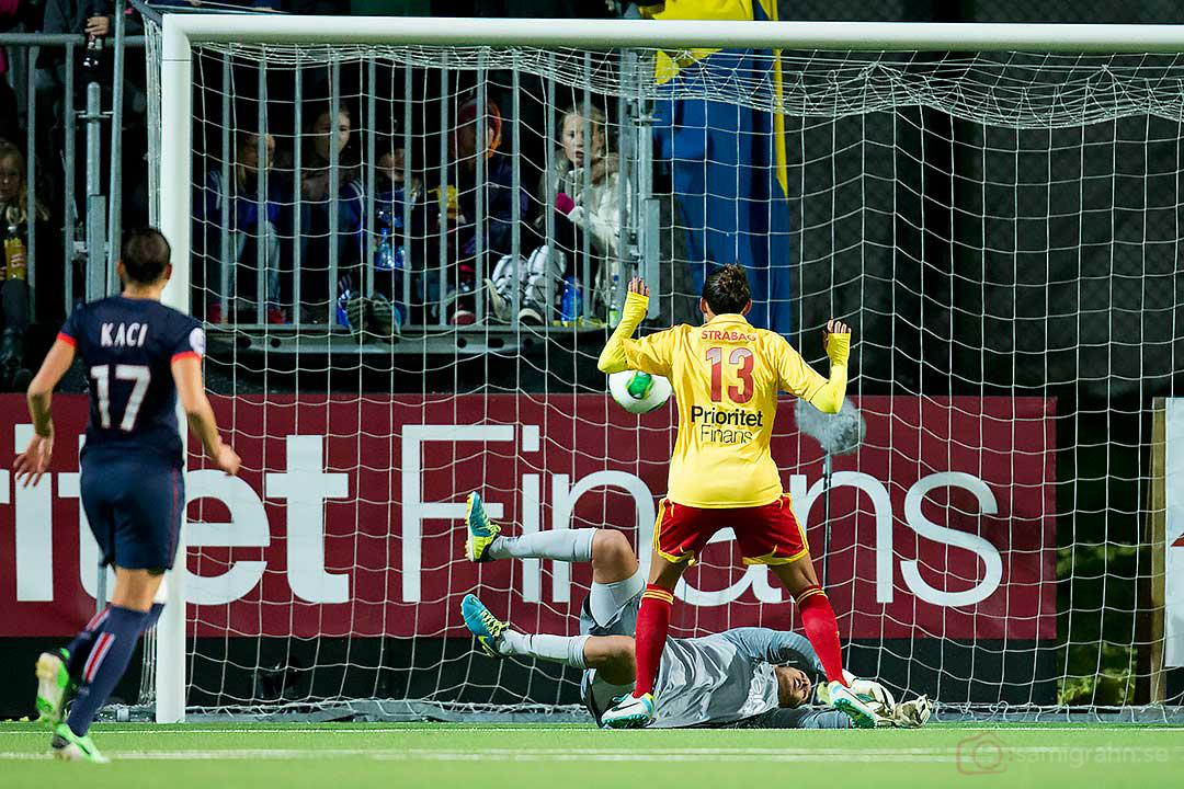 Tyresö Christen Press gör mål bakom PSG målvakt Karima Benameur