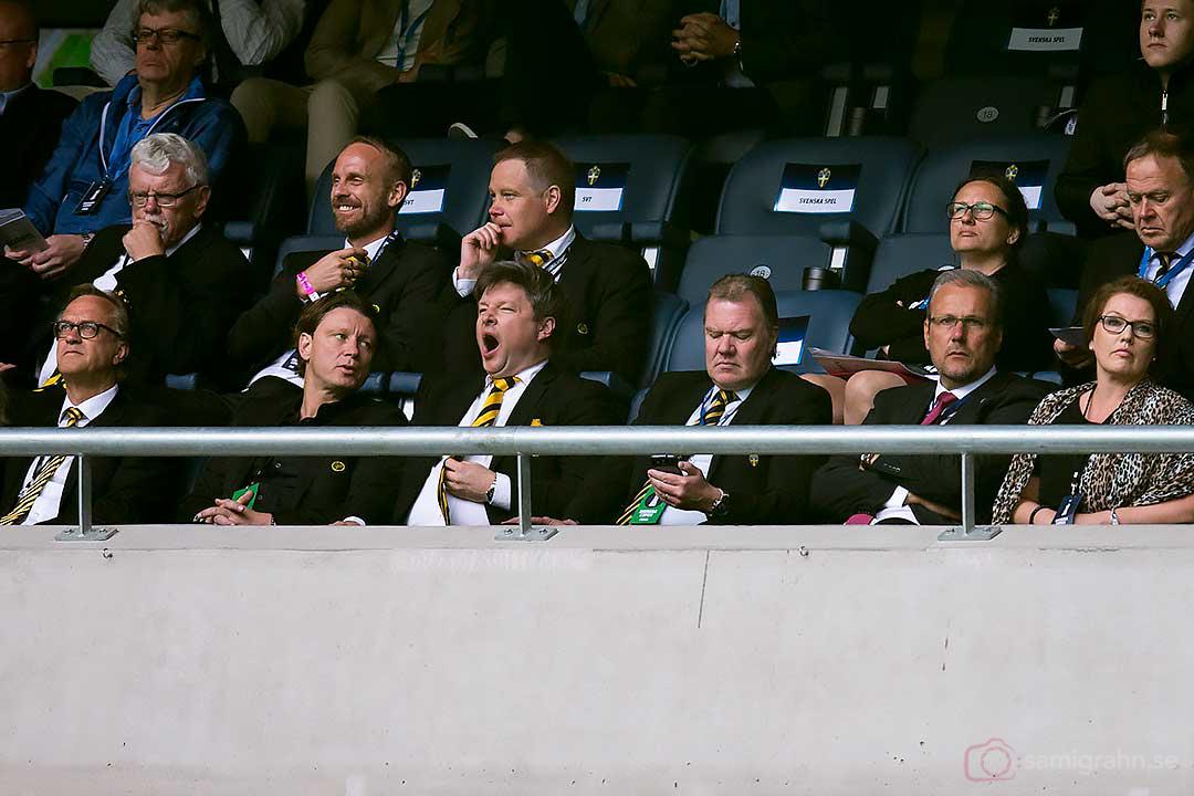 På hedersläktaren gäspar Elfsborg ordförande Bosse Johansson åt matchen och SvFF ordf Karl-Erik Nilsson ägnar sig åt sin telefon