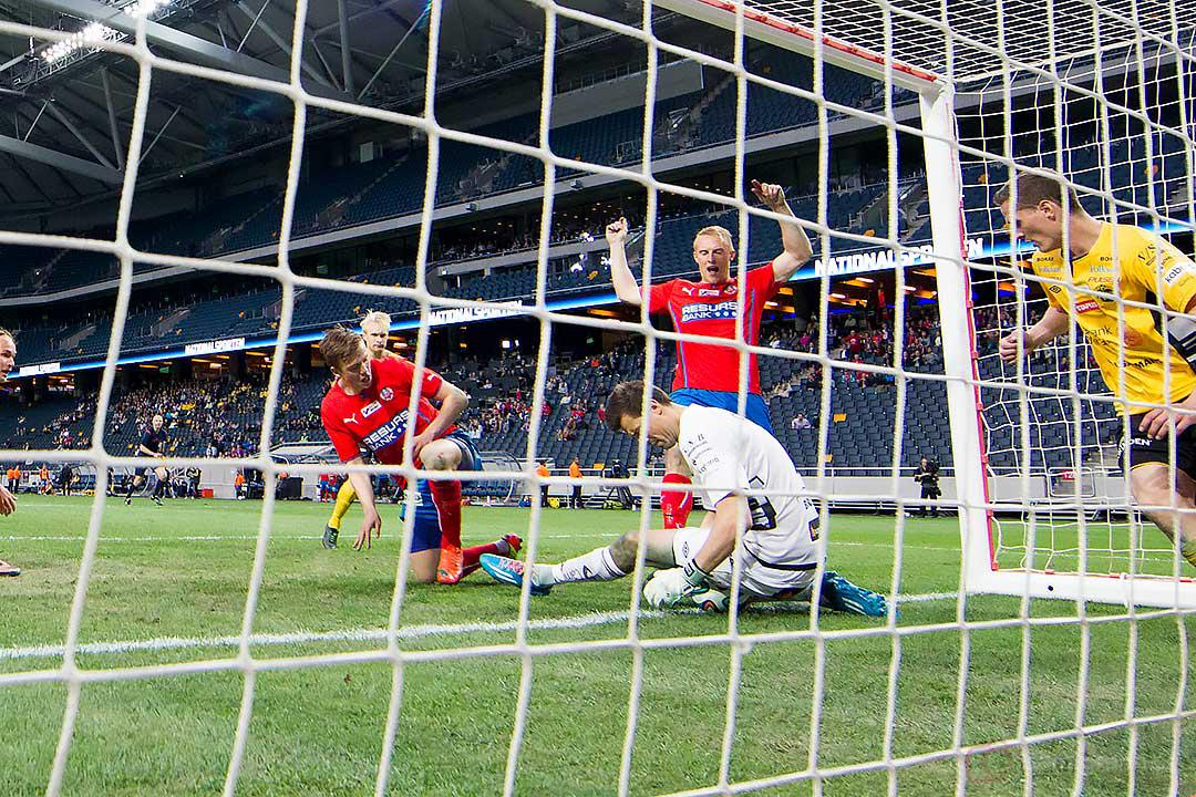 Helsingborg vill ha mål när Elfsborg målvakt Kevin Stuhr-Ellegaard sätter sig på bollen