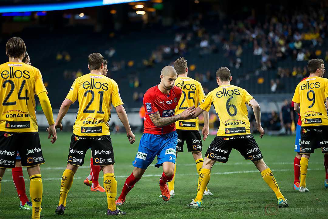 Helsingborg Robin Simovic försöker ensam ta sig igenom Elfsborgs kompakta försvarsmur