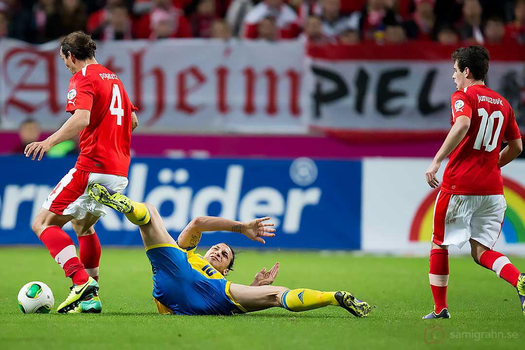 Sverige Zlatan Ibrahimovic sparkar till Österrike Emanuel Pogatetz