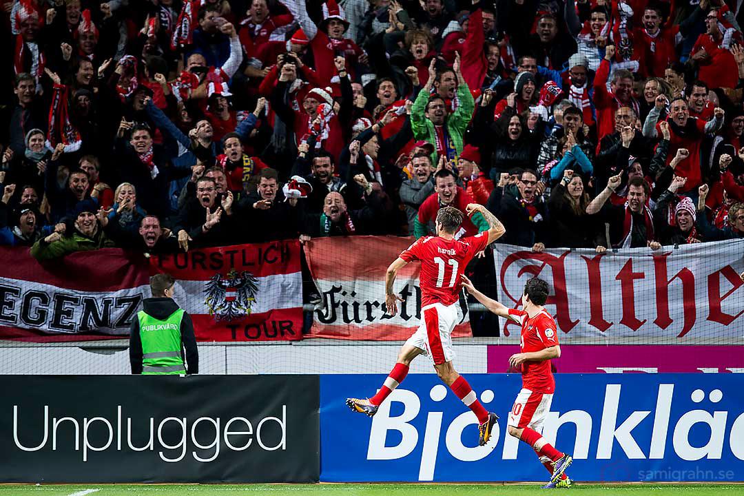 Österrike Martin Harnik gör 0-1, gratuleras av Zlatko Junuzovic och supportrarna