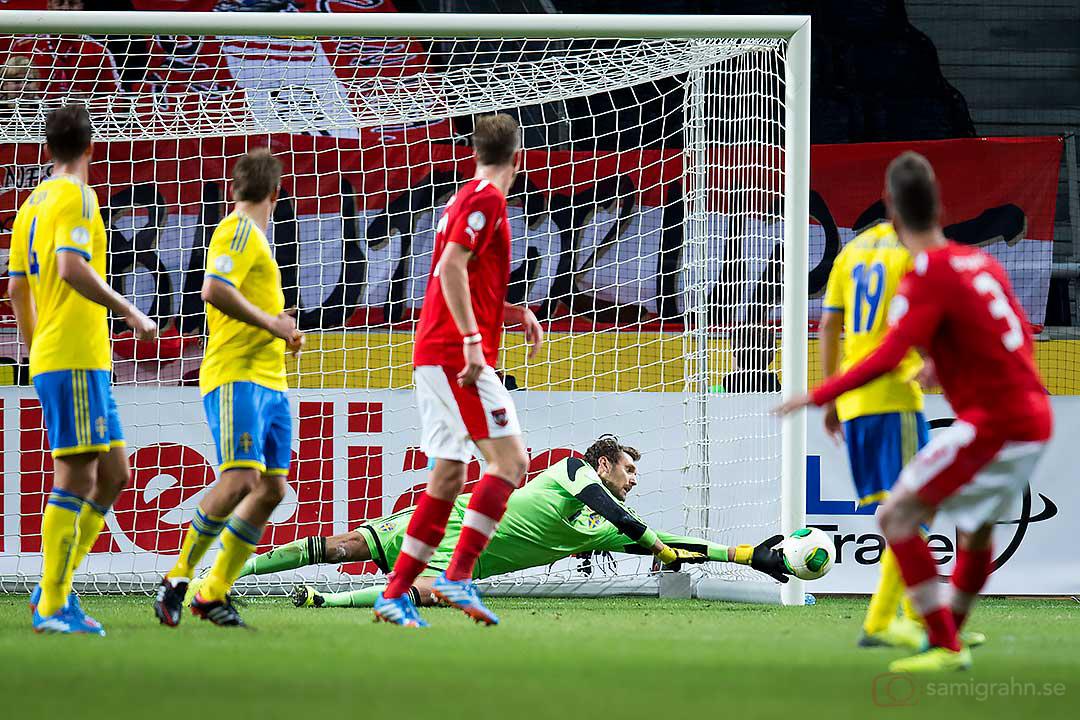Sverige målvakt Andreas Isaksson räddar skott från Österrike Aleksandar Dragovic