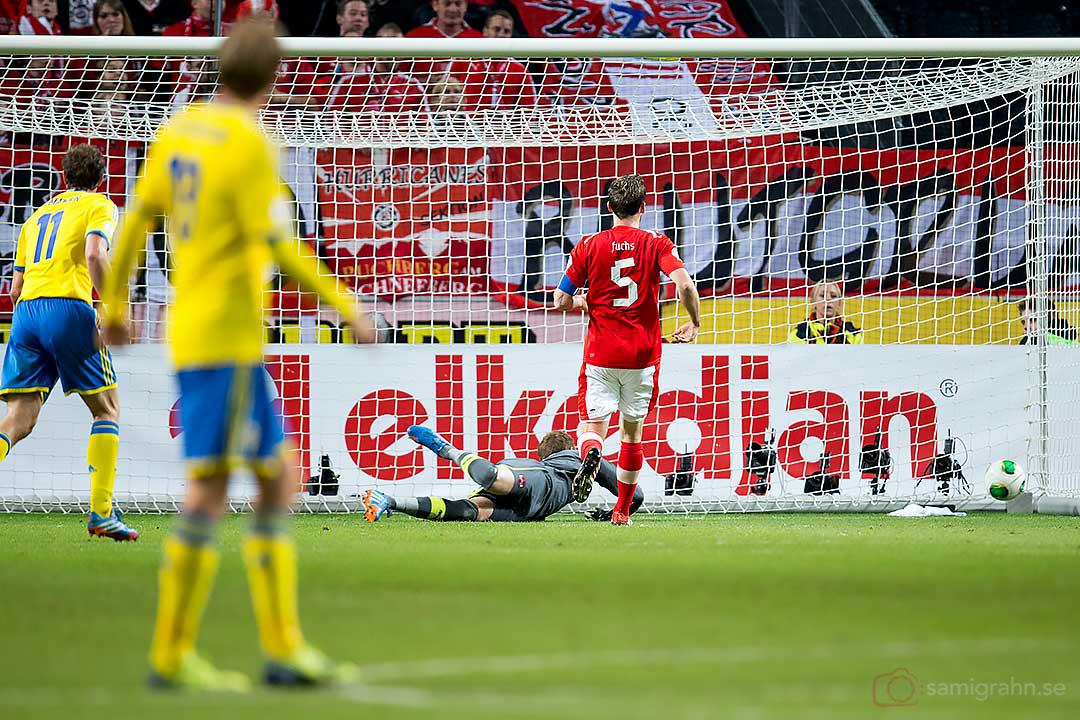 Sverige Martin Olsson kvitterar till 1-1 bakom Österrike målvakt Robert Almer