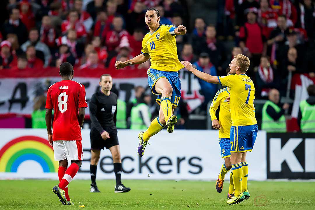 Österrike David Alaba ser Sverige Zlatan Ibrahimovic hoppa högt av glädje efter 2-1-målet