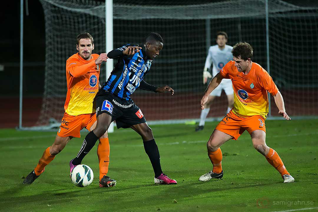 AFC Juan Jose Hervias Beorlegui och Matthew Whatley försöker hålla undan Sirius Moses Ogbu