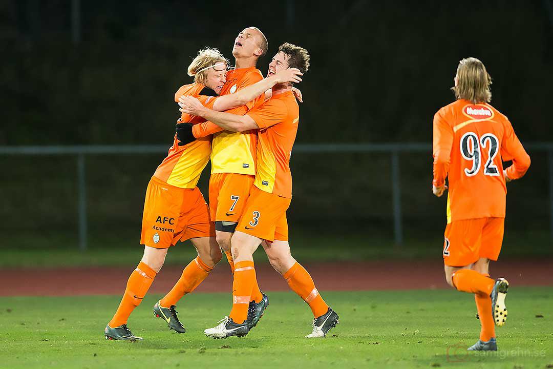 På stopptid gör AFC 2-2 genom Jesper Carlsson (längst till vänster)