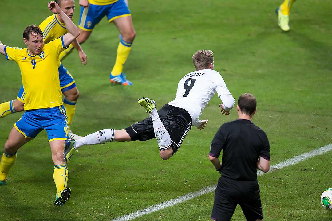 Sverige Kim Källström sätter krokben för Tyskland André Schürrle