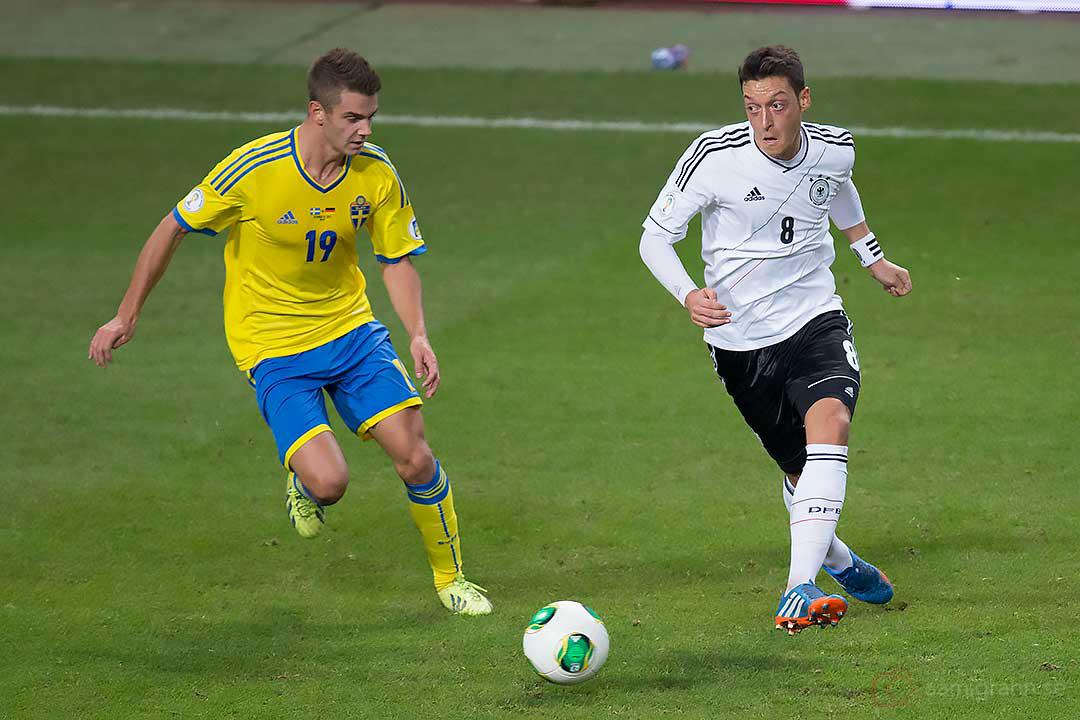 Sverige Alexander Kacaniklic och Tyskland Mesut Özil