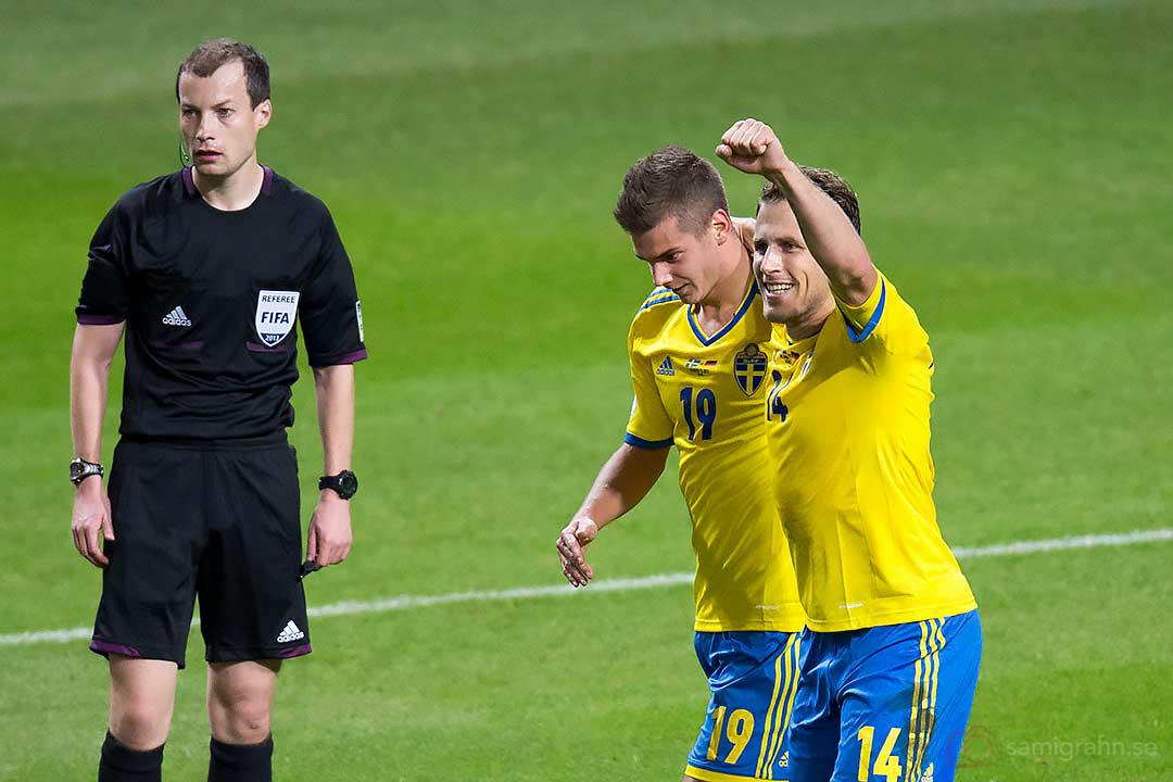 2-0 Sverige Alexander Kacaniklic, gratuleras av Tobias Hysén