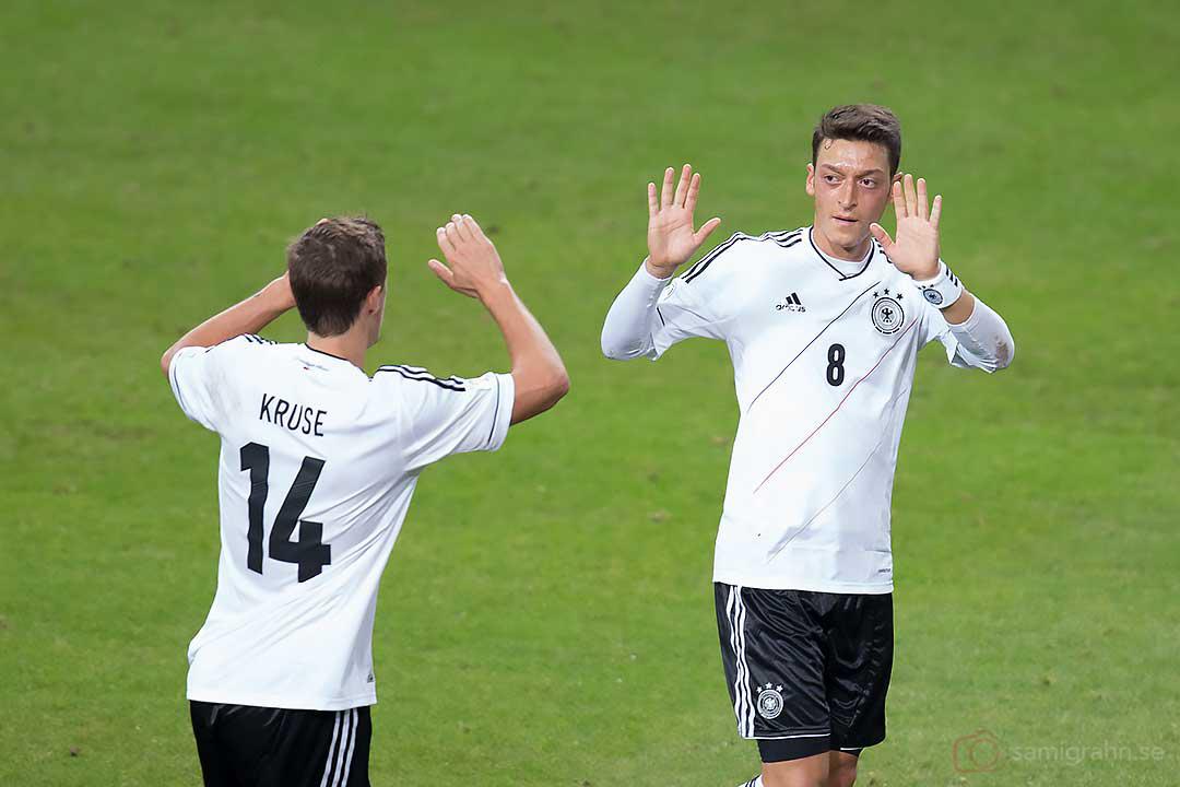 Reducering till 2-1 av Tyskland Mesut Özil (till höger), gratuleras av Max Kruse