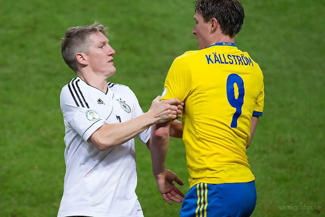 Tyskland Bastian Schweinsteiger håller fast Sverige Kim Källström
