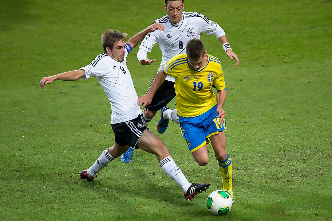 Tyskland Philipp Lahm och Mesut Özil jagar Sverige Alexander Kacaniklic