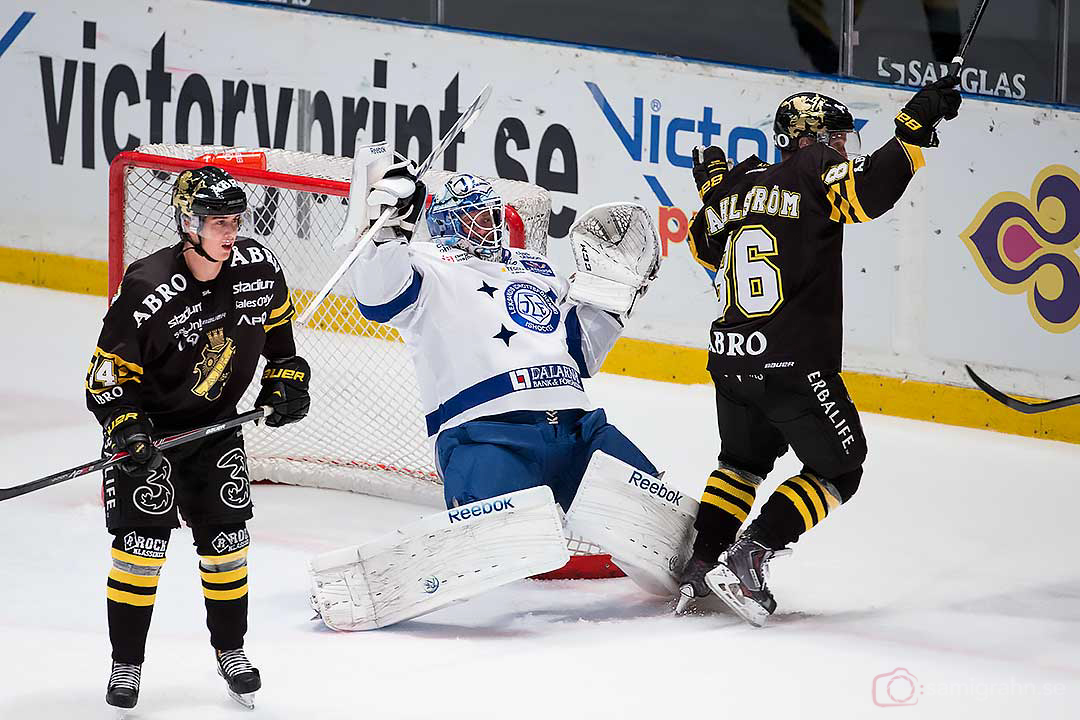 Leksand målvakt Oscar Alsenfelt ramlar bakåt när AIK Oscar Ahlström skrinnar förbi