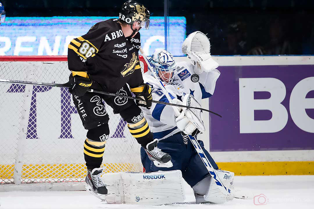 AIK Oscar Ahlström försöker skymma Leksand målvakt Oscar Alsenfelt som räddar