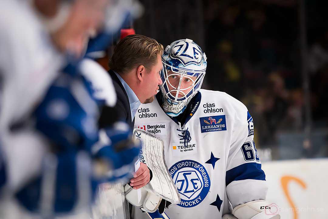 Leksand tränare Andreas Appelgren pratar med målvakt Oscar Alsenfelt